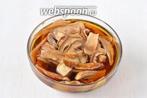 Белые грибы предварительно замочить в воде на 12-14 часов для набухания.