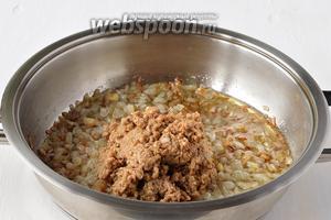 Пропустить отжатые грибы через мясорубку и добавить к луку (грибной отвар сохранить). Готовить всё вместе 3-4 минуты, помешивая.