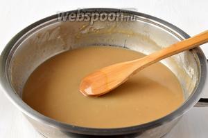 Влить на сковороду с горячей мукой кипяток (50-60 мл) и размешать до однородного состояния.