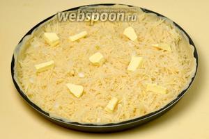 Выкладываем картофельную начинку, ещё раз её отжав от жидкости. Пальцами разрыхляем начинку, чтобы не было уплотнений. Кладём немного сливочного масла кусочками, раскидав их по картошке.