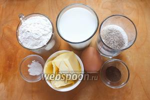 Подготовьте необходимые ингредиенты: муку, яйца, сахар, ванильный сахар, соль, масло, разрыхлитель, корицу, молоко.