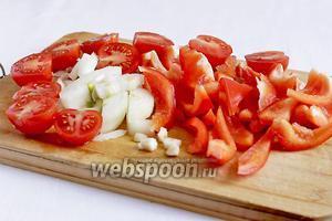 Все овощи крупно нарезать, перец — ломтиками, лук — полукольцами, чеснок — дольками, помидоры черри — пополам.