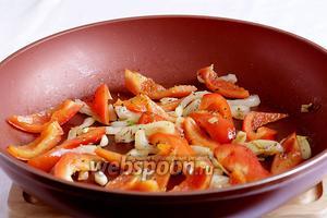 В двух ложках оливкового масла быстро обжарить лук, перец и чеснок. Они должны оставаться чуть с хрустом. Слегка посолить и посыпать прованскими травами и перцем.