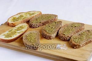 Слегка смазать хлеб соусом песто. Соус уже содержит оливковое масло, базилик и сыр пармезан.