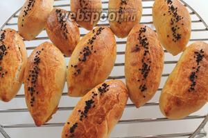 Отправить пирожки в предварительно нагретую до 190-200°C духовку на 20 минут до золотистой корочки. Готовые пирожки остудить на решётке.