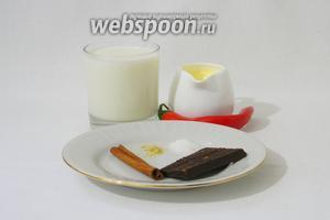 Для приготовления горячего шоколада с перцем чили возьмём молоко, сливки, свежий перец чили, шоколад чёрный, корицу, имбирь молотый, ванильный сахар.