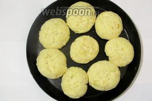 Мои колобки готовы к выпечке. Отправляю в горячую духовку на 210-220°C до лёгкой золотистой корочки.