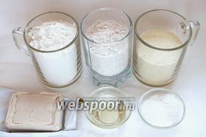 Подготовьте необходимые ингредиенты: пшеничную хлебопекарную муку, цельнозерновую муку, манку, масло, соль, сахар и дрожжи. Так же понадобится стакан (250 мл) воды, нагрейте её до 37ºC.