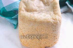 Через 3 часа, после сигнала хлебопечки, вытащите хлеб и остудите его на кухонном столе. Резать хлеб можно только после его окончательного остывания, иначе он будет сильно крошится. Из данного количества ингредиентов выходит буханка весом 700 гр, которая режется на 10 квадратных ломтиков. Хлеб готов, можно использовать его по назначению!  Приятного аппетита!