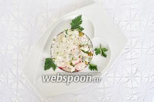 Выложить рис в формовочное кольцо и немного утрамбовать ложкой. Тарелку украсить зеленью.