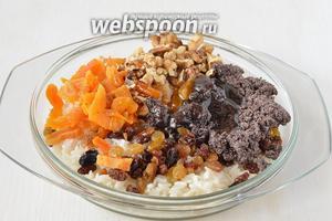 Соединить подготовленный рис, мак, сухофрукты, орехи, мёд. Количество мёда можно регулировать по собственному вкусу.