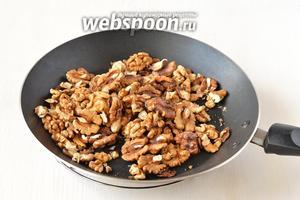 Орехи прогреть, помешивая, на горячей сковороде 2-3 минуты.