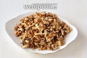 Порезать орехи некрупными кусочками.