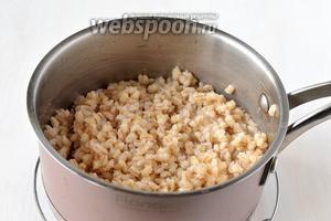Набухшую пшеницу залить водой, довести до кипения и готовить на медленном огне до готовности (для подготовленной пшеницы со снятой внешней оболочкой время приготовления будет в пределах 1 час — 1 час 20 минут. В конце варки сдобрить солью). Должна получиться мягкая рассыпчатая каша, слегка побелевшая на вид.