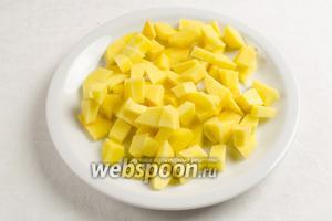 Картофель вымыть, почистить, нарезать мелким кубиком. Мяту нарезать или порвать мелкими кусочками.