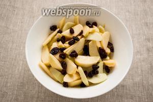 Яблоки промыть, удалить сердцевину и кожуру. Мякоть нарезать дольками. Добавить сахар, коньяк, изюм. Перемешать и оставить на несколько часов настояться.