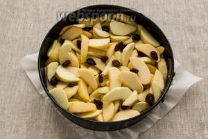 Выложить тесто в форму для выпечки. Сверху выложить яблоки вместе с образовавшимся сиропом. 2 ложки сиропа оставить. Выпекать пирог в разогретой духовке полчаса при 200ºC.