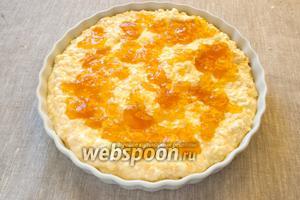 Выложить творожную начинку, затем слой апельсинового джема.