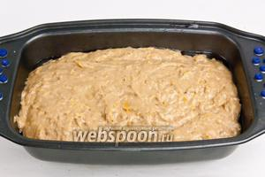 Разогреть духовку до 200°C, смазать маслом форму, переместить тесто в форму и отправить в духовку примерно на 50 минут.