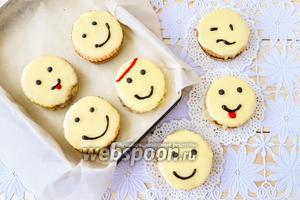 Готовое печенье смайлики выложим в коробку, выстланную бумагой, и можно подавать или взять с собой в гости. Из указанного количества получается 8 пирожных диаметром 7 см.