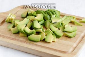 Авокадо очистить и нарезать произвольными ломтиками. Сбрызнуть лимонным соком, чтобы не потемнел.