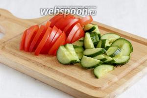 Нарезать ломтиками помидор и огурец.