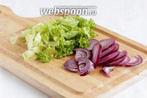 Часть листьев салата оставить для подачи, остальные нарезать или порвать руками. Фиолетовый сладкий лук нарезать полукольцами.