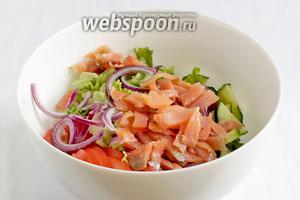 Овощи сложить в салатник и слегка перемешать.