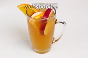 Затем разливаем по чашкам через ситечко и украшаем яблоком и апельсином. Подавать горячим.