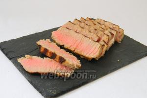 Нарезаем стейк на кусочки подаём. В идеале он должен получиться розового цвета внутри. Приятного аппетита!