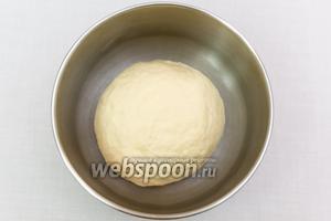 Подсыпая муку, замесим мягкое, эластичное, легко отстающее от рук тесто. Накроем пищевой плёнкой и поставим в тёплое место на 1-1,5 часа.