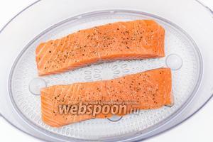 Филе сёмги нарежем на порционные кусочки. Кожу снимать не обязательно. С уже приготовленной рыбы она снимается легче, чем с сырой. Поэтому я готовила с ней, а когда вынула из пароварки, очень легко её сняла. Выкладываем филе в ёмкость для пароварки. Присолим, поперчим смесью перцев и лимонным перцем. Готовим на пару 20-25 минут.