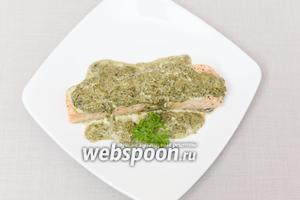 Рыбу выкладываем на тарелку, поливаем соусом.  На гарнир отлично подойдёт рис, который я советую присыпать нарезанными мелко листьями мяты. Приятного аппетита!