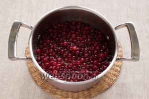 Воду соединить с сахаром, довести до кипения. Выложить в сироп чистые ягоды. Сразу же уменьшить огонь. Нагревать минут 10-15. Снять с огня. Оставить на несколько часов.
