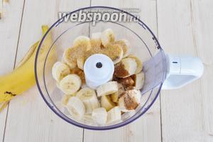В чашу блендера поместить бананы, специи, коричневый сахар и масло.