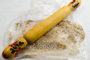 В одном пакете слегка перетереть орехи, чтобы отошла шелуха. Чистые орешки выложить в другой пакет, измельчить с помощью скалки.