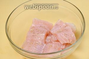 Размороженное, обмытое, обсушенное салфеткой рыбное филе нарезаем на порционные кусочки, сбрызгиваем лимонным соком, посыпаем солью и специями для рыбы (у меня в мельничке: розмарин, тимьян, белая горчица, белый перец, лимонная цедра, чеснок, морская соль), перемешиваем, даём пропитаться.