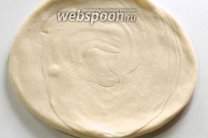 Достать тесто из холодильника и раскатать в лепёшку толщиной 4-5 мм.