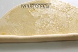 Промазанные маслом лепёшки плотно завернуть в рулет.