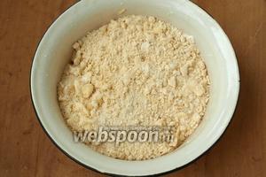 Масло перетереть руками с мукой, добавить по щепотке соли и ванилина.