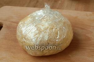 Тесто собрать в шар, завернуть в пищевую плёнку и убрать в холодильник на 8 часов.