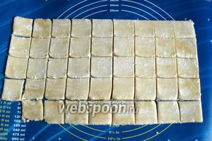 По истечении этого времени тесто достать из холодильника, раскатать в пласт толщиной 4 мм и нарезать на квадраты со сторонами 4-5 см.