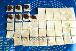 В центр каждого квадрата выложить по 1 чайной ложке густого повидла или джема и хорошо защипнуть противоположные концы квадрата наискосок.