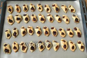 Разогреть духовку до 180°C и выпекать печенье 15 минут. Готовое посыпать сахарной пудрой. Приятного аппетита!