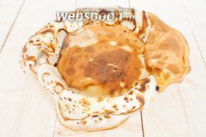 Керамическую форму смазать маслом. Можно использовать растительное. Выложить блинчики на бортики и один на дно. На пирог уйдет примерно 10-12 блинчиков.