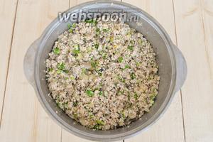 Когда начинка готова, добавить нарезанный зелёный лук и перемешать.