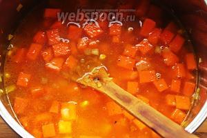 Влить бульон. Довести до кипения и варить 15-25 минут. До готовности тыквы.