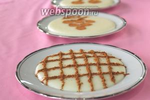 Когда у остывшего десерта «схватится» верх, украсить его корицей как подскажет фантазия.