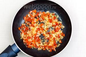 Лук, чеснок и перец сладкий нарезать кубиками. Обжарить на подсолнечном масле. Я опять же обжариваю на большом огне буквально 1-2 минуты.