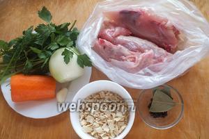Подготовьте необходимые ингредиенты для бульона: свежую курицу, морковь, лук, чеснок, перец горошком, лавровый лист, соль, зелень и готовую смесь сухих кореньев для супа.